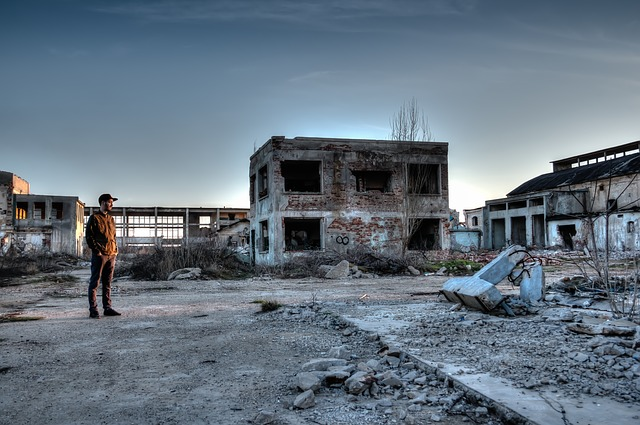 廃墟と男性