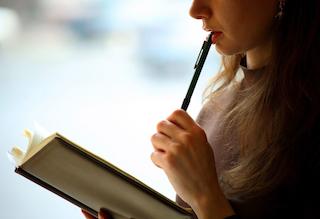 学校心理士の勉強をする女性